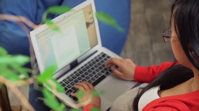 vídeos de stock, filmes e b-roll de exclusivamente feminino ou conversando em rede social usando wi-fi - blogar