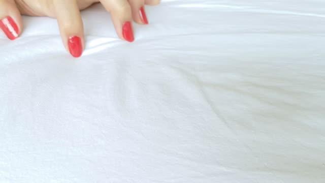 weiblichen hand in der sexuellen tätigkeit handeln orgasmus auf weißen bettlaken - menschliches sexualverhalten stock-videos und b-roll-filmmaterial