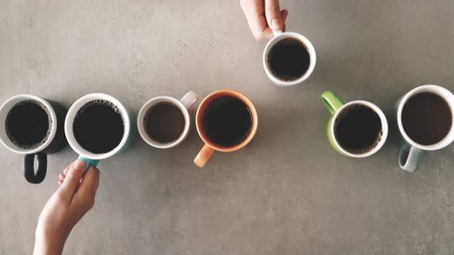 vídeos de stock e filmes b-roll de females hands holding coffee mugs - caneca