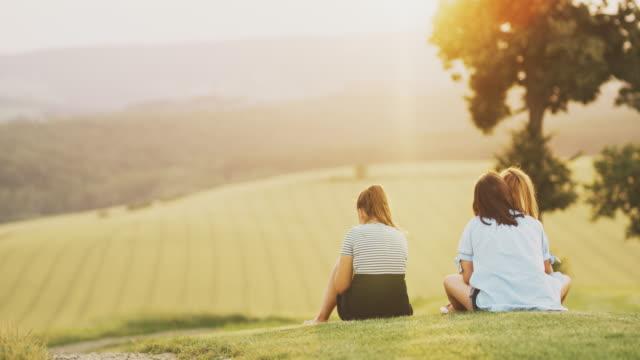 ms femmine in soleggiato campo idilliaco rurale, parco naturale di goricko, gard, slovenia - paesaggio collinare video stock e b–roll