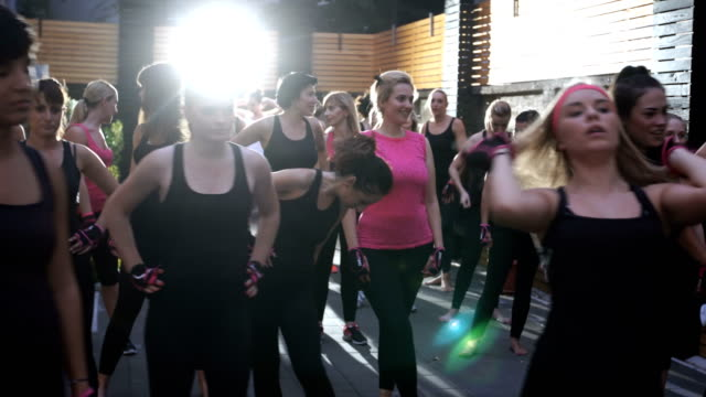 females listening fitness instructor before workout - donna forzuta video stock e b–roll