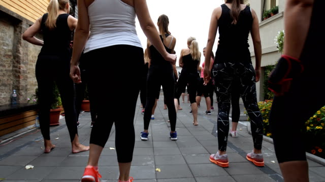 females preparing for exercises - donna forzuta video stock e b–roll