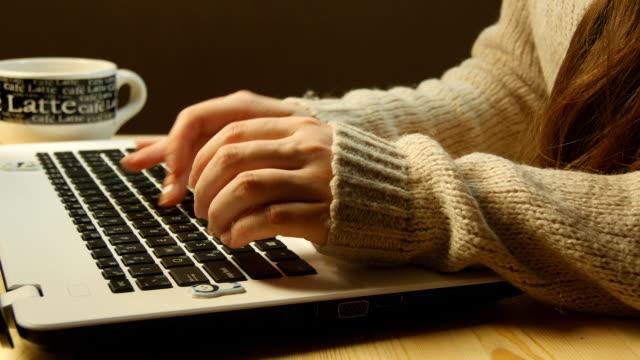 マスキュリン 手入力するには、キーボードのノートパソコン - コントロール点の映像素材/bロール