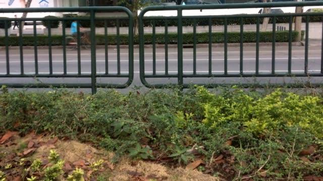 vídeos y material grabado en eventos de stock de paneles de valla a lo largo de las carreteras de la ciudad - aleación