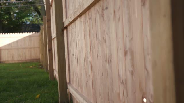 vídeos de stock e filmes b-roll de fence rise up to close up of post - cercado