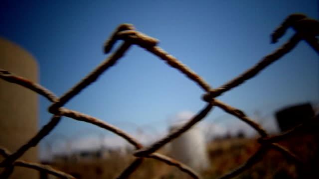 stockvideo's en b-roll-footage met fenced camp - er even tussenuit