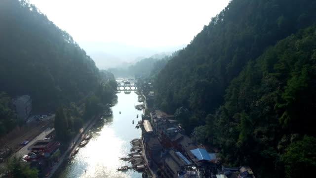 stockvideo's en b-roll-footage met fenghuang antenne shot - rivieroever
