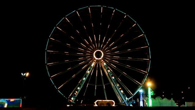 vídeos y material grabado en eventos de stock de rueda de la fortuna en un parque de diversiones por la noche, provincia de khon kaen, tailandia. - noria