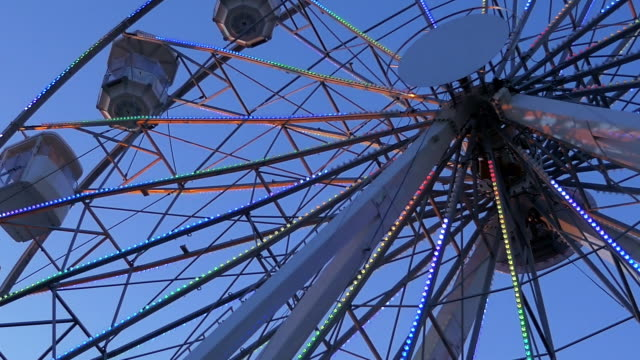 ferris wheel at dusk in 4k - luna park video stock e b–roll