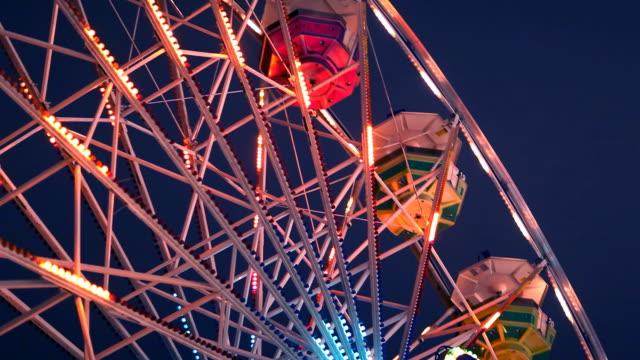 vídeos y material grabado en eventos de stock de ferris wheel carnival paseo por la noche - noria