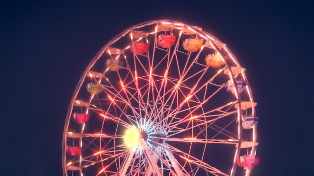 vídeos y material grabado en eventos de stock de ferris wheel carnival ride gire por la noche - noria