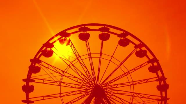 vídeos y material grabado en eventos de stock de rueda de la fortuna. orange al atardecer de ensueño. - noria