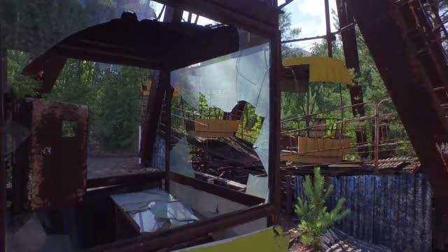 una ruota panoramica a pripyat, vicino a chernobyl, ucraina. 4k - reattore nucleare video stock e b–roll