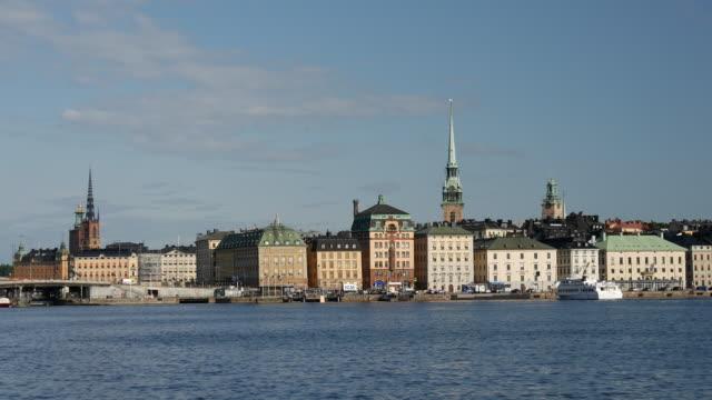 färjan anländer på gamla stan - ferry lake sweden bildbanksvideor och videomaterial från bakom kulisserna