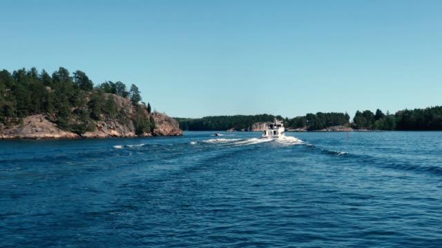 vídeos de stock e filmes b-roll de ferry boat cruising the stockholm archipelago in a summer day - arquipélago