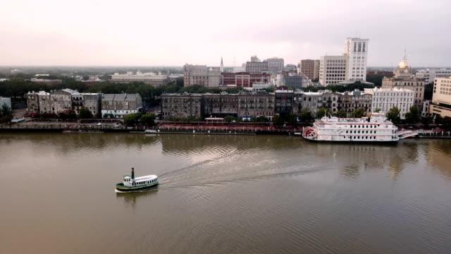 fähren zu bewegen über den savannah river von der innenstadt entfernt - savanne stock-videos und b-roll-filmmaterial