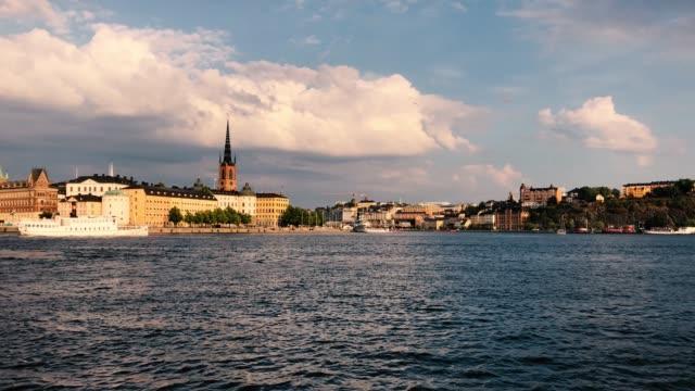 färja passerar framför gamla stan-stockholm-riddarholmskyrkan i bakgrunden - ferry lake sweden bildbanksvideor och videomaterial från bakom kulisserna
