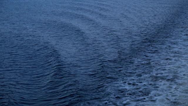 vídeos de stock, filmes e b-roll de caminho da estrada balsa das ondas na superfície do mar após o navio. - países bálticos