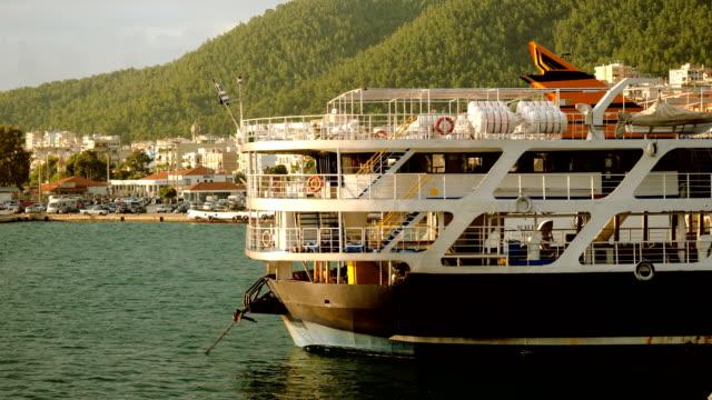 färja utan människor förtöjd vid medelhavets kust i grekland. 4k - turistbåt bildbanksvideor och videomaterial från bakom kulisserna