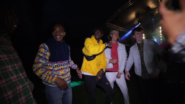 vídeos de stock, filmes e b-roll de bailarinos do festivais - clubbing
