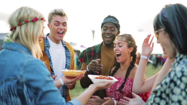 festival essen mit freunden - musikfestival stock-videos und b-roll-filmmaterial