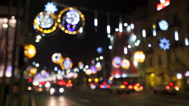 vidéos et rushes de ambiance festive dans la nuit de la ville. - lumière noël