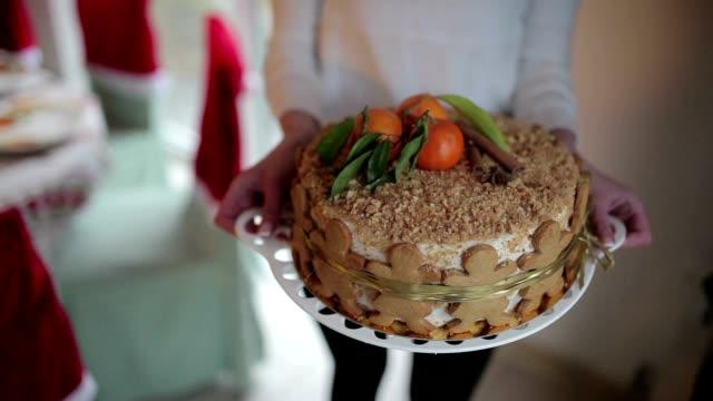vídeos de stock e filmes b-roll de festive christmas cake with oranges and cinnamon - christmas cake