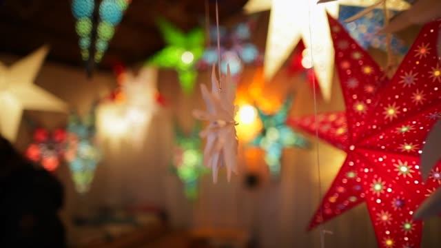 festlichen weihnachtsmarkt - weihnachtsmarkt stock-videos und b-roll-filmmaterial