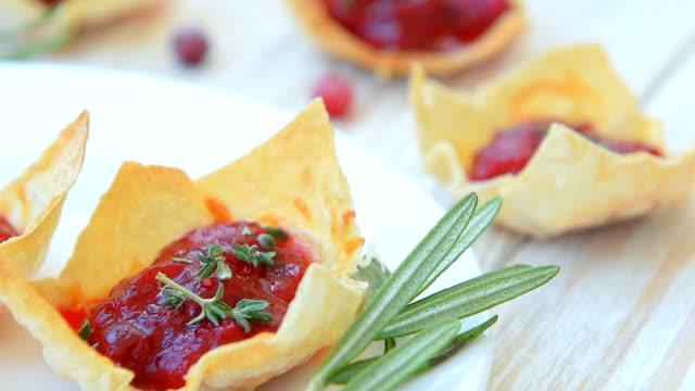 festliche cranberry brie-mini-törtchen - brie stock-videos und b-roll-filmmaterial