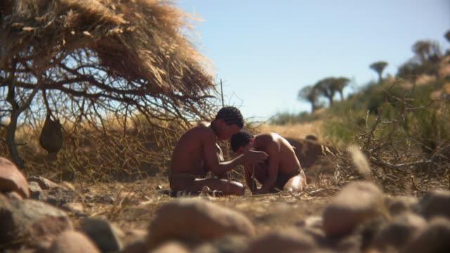 feuer_entfachen_total - afrikanische steppe dürre stock-videos und b-roll-filmmaterial