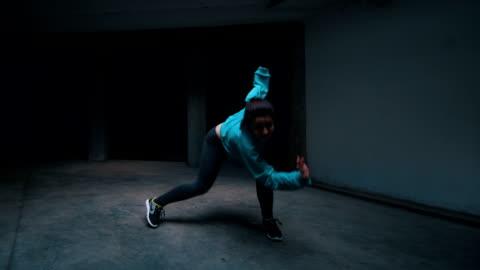 vídeos y material grabado en eventos de stock de pocos bailarines realizar sus movimientos - bailar