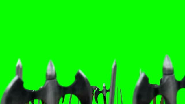 vídeos de stock, filmes e b-roll de alguns guerreiros acenando até suas armas com machados e espadas em um fundo de tela verde - insígnia