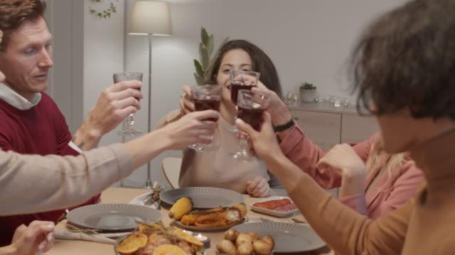 немногие молодые люди молятся, а затем пьют вино - ноябрь стоковые видео и кадры b-roll