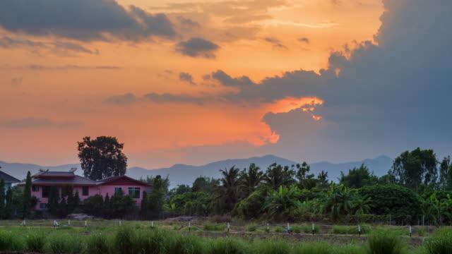 vídeos de stock e filmes b-roll de field meadow and sky sunrise 4k time lapse, night to day time lapse. - linha do horizonte sobre terra