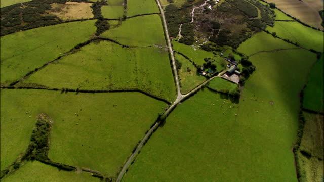 поле рисунками и ландшафт юг дерри-вид с воздуха-северной ирландии, великобритания - графство дерри стоковые видео и кадры b-roll