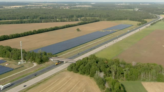 クリーン再生可能エネルギー用ソーラーパネルを備えたフィールド - オルタナティブカルチャー点の映像素材/bロール