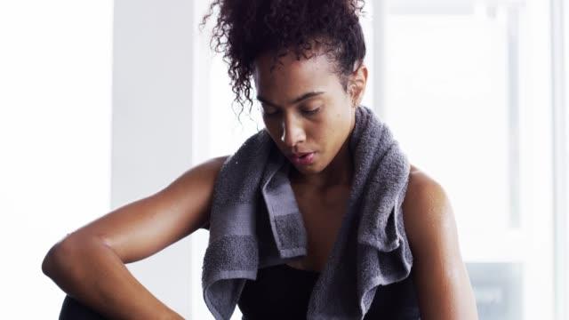hård och feminin - black woman towel workout bildbanksvideor och videomaterial från bakom kulisserna
