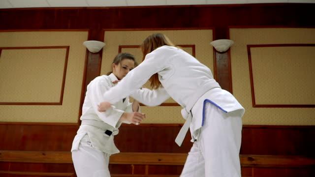 mücadele. kızlar tren judo ve japon sporu eğitimi için - karate stok videoları ve detay görüntü çekimi