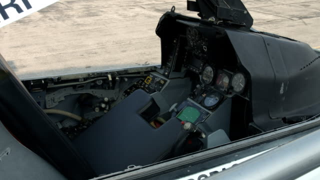 F-16 Fighting Falcon cockpit opening