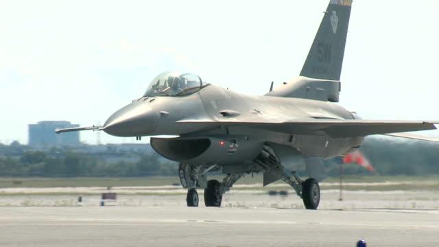 vídeos y material grabado en eventos de stock de f16 lucha falcon rodaje en tierra - air force