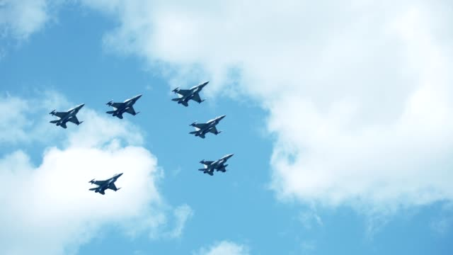 F16 fighting falcons flying in formation
