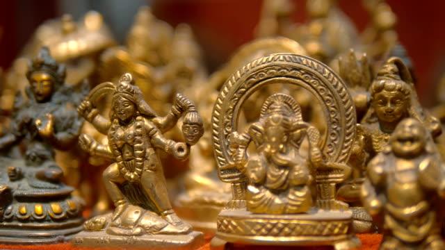 figurer av traditionella indiska gudar säljs som souvenirer för ett minne av indien - india statue bildbanksvideor och videomaterial från bakom kulisserna
