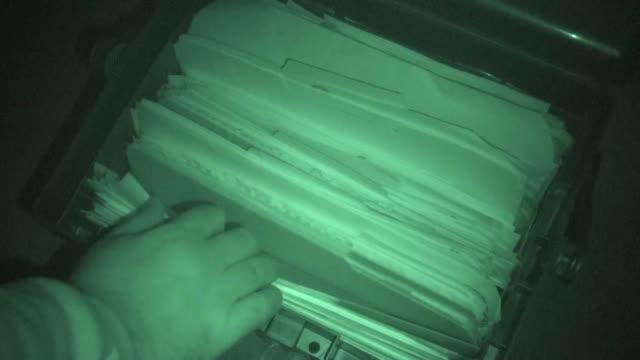 ファイルキャビネット、nightshot 、住居侵入窃盗 - クラシファイド広告点の映像素材/bロール