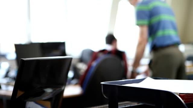 archivista in ufficio - messa a fuoco differenziale video stock e b–roll