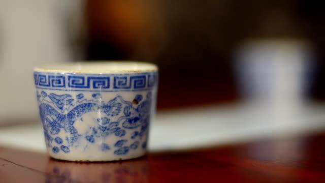 vídeos y material grabado en eventos de stock de llenar de té caliente - porcelana china