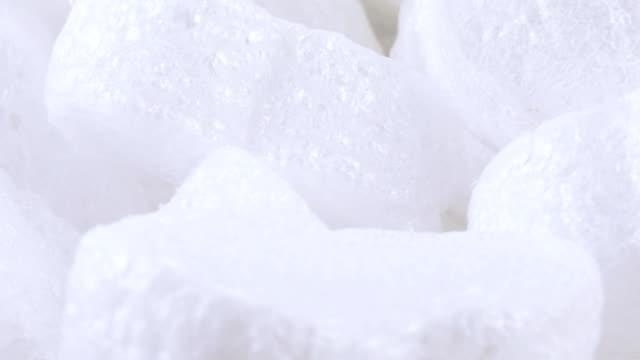 riempitivo molti sfusi di schiuma - gommapiuma video stock e b–roll