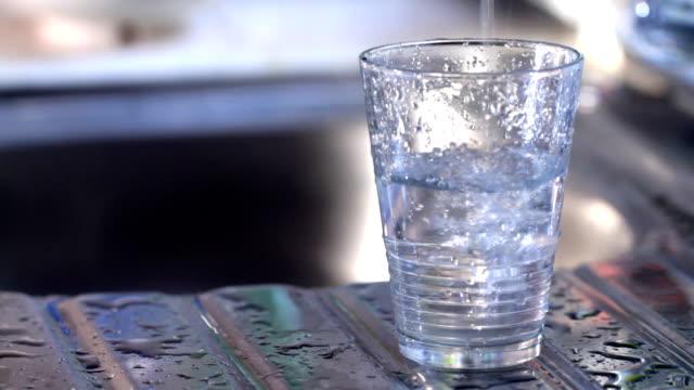 wypełnienie szklanki wody - tap water filmów i materiałów b-roll
