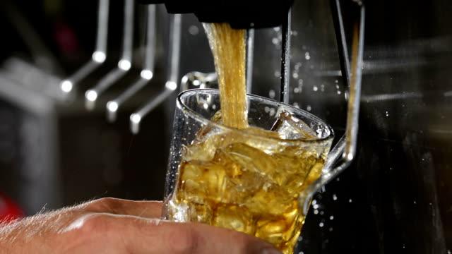 vídeos de stock e filmes b-roll de filling a glass with cola on at a soda fountain - bebida fresca