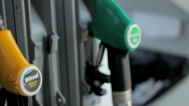 vídeos de stock, filmes e b-roll de preenchendo carro com gás - gasolina