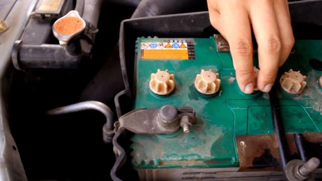 stockvideo's en b-roll-footage met filling pure water into car battery. - lood